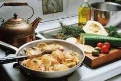 """Вкусные рецепты: Яблоки жареные, Салат """"Подсолнух"""" (вариант), Салат из сельдерея и копчёной курицы"""
