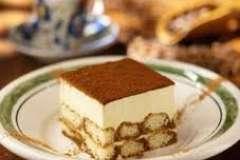 """Вкусные рецепты: десерт мороженое с фруктами и пчелками из миндаля и изюма, Пицца Кальцоне с фаршем, Запеканка """"REMEGUIN"""" (KANTON WAADT)"""